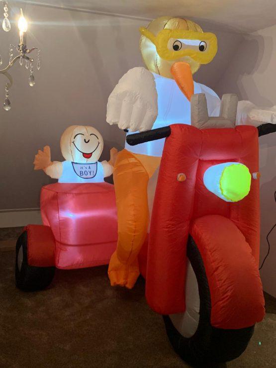 Indoor ooievaar op scooter